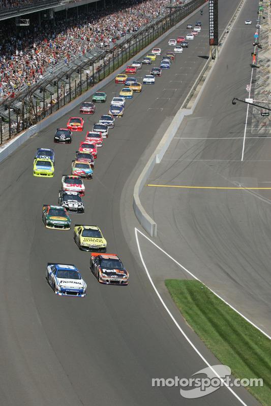Start: Denny Hamlin, Joe Gibbs Racing Toyota aan de leiding