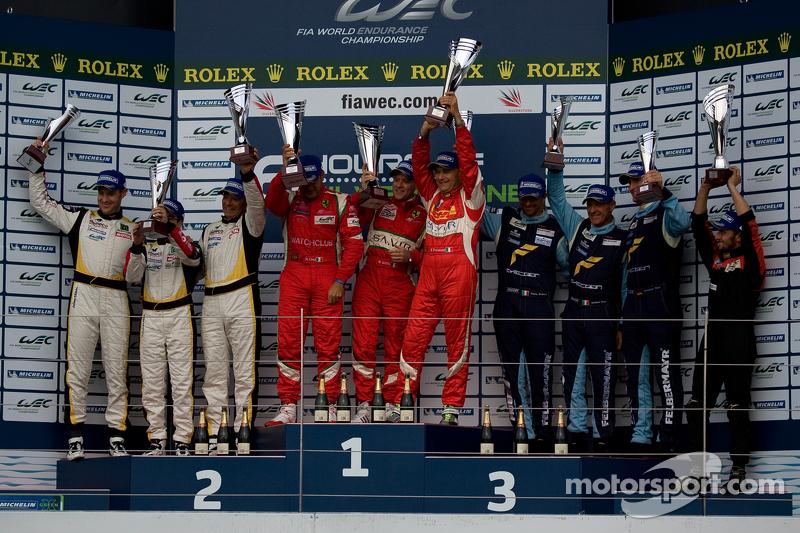 GTE-Am podium: winnaars Piergiuseppe Perazzini, Marco Cioci, Matt Griffin, 2de Patrick Bornhauser, Julien Canal, Fernando Rees, 3de Christian Ried, Gianluca Roda, Paolo Ruberti