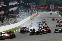 Crash bij de start met Lewis Hamilton, McLaren, Romain Grosjean, Lotus F1, Fernando Alonso, Ferrari, Kamui Kobayashi, Sauber