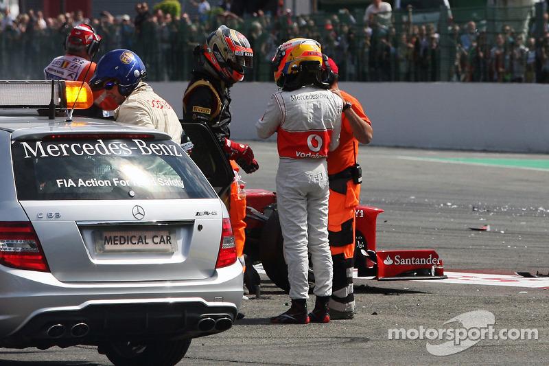 Romain Grosjean, Lotus F1 Team en Lewis Hamilton, McLaren na crash