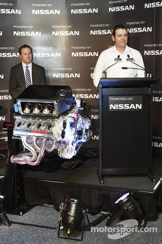 Todd Kelly en William Peffer Jr., Managing Directory en CEO of Nissan Australia met de nieuwe V8 mot
