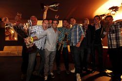 Уилл Буллер и Антониу Феликс да Кошта. Монца, вечеринка после завершения сезона.