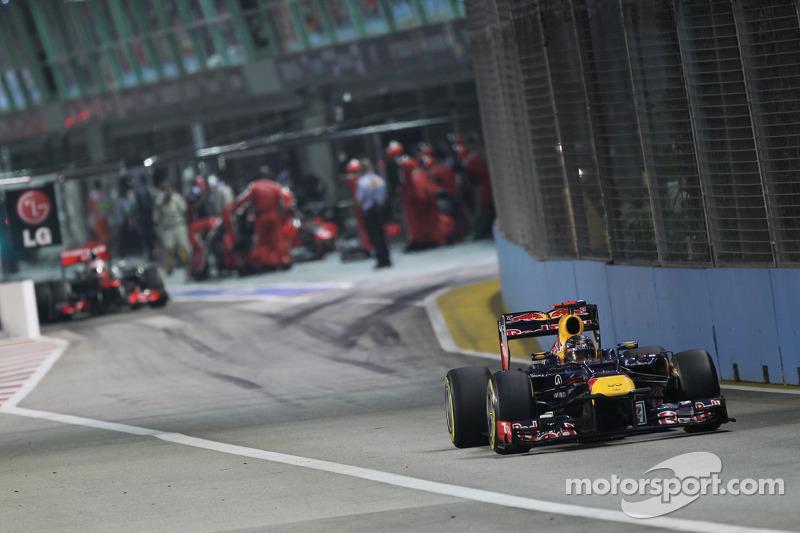 Sebastian Vettel, Red Bull Racing voor Jenson Button, McLaren uit de pits