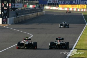 Romain Grosjean, Lotus F1 Team and Heikki Kovalainen, Caterham F1 Team