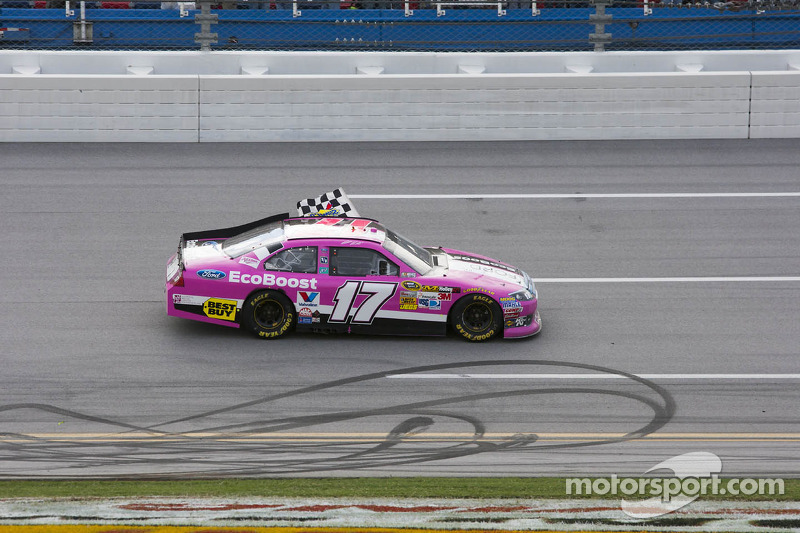 Ganador de la carrera Matt Kenseth, Roush Fenway Racing Ford celebra