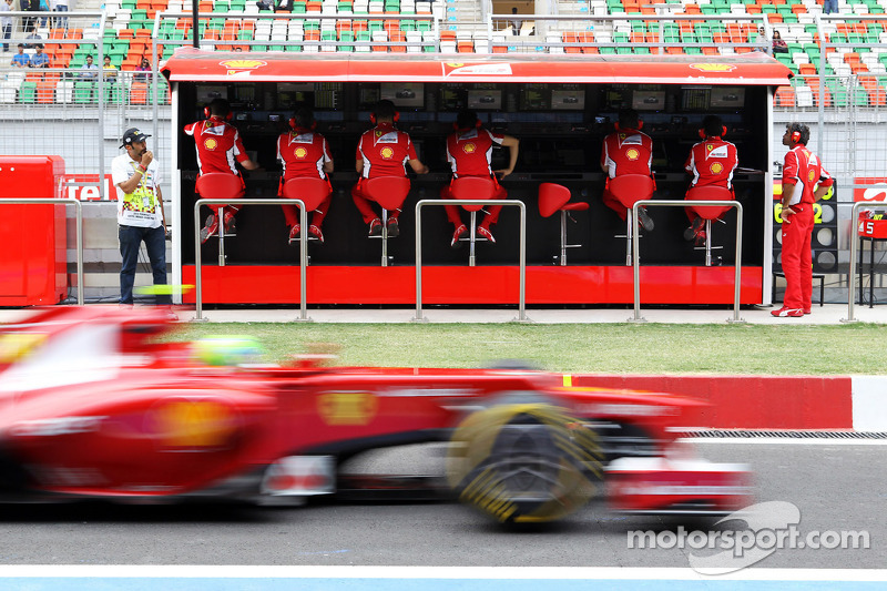 Felipe Massa, Ferrari passes the pit gantry
