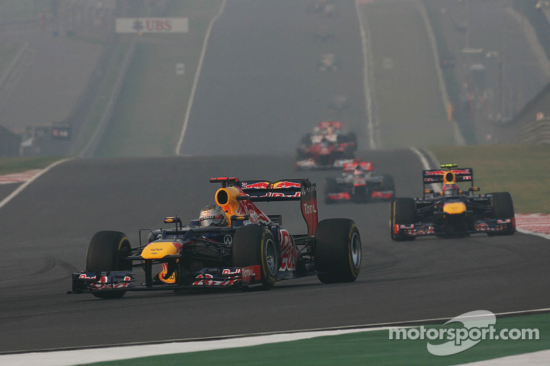 Sebastian Vettel, Red Bull Racing aan de leiding voor ploegmaat Mark Webber, Red Bull Racing