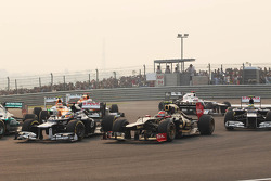 Pastor Maldonado, Williams en Romain Grosjean, Lotus F1 bij de start