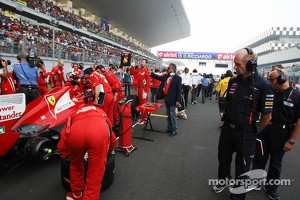 Adrian Newey, Red Bull Racing Chief Technical Officer looks at Fernando Alonso, Ferrari on the grid