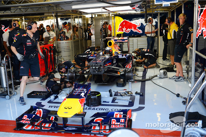 Sebastian Vettel, Red Bull Racing in de pits in FP3