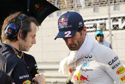 Mark Webber, Red Bull Racing met Ciaron Pilbeam, Red Bull Racing Race Engineer op de grid