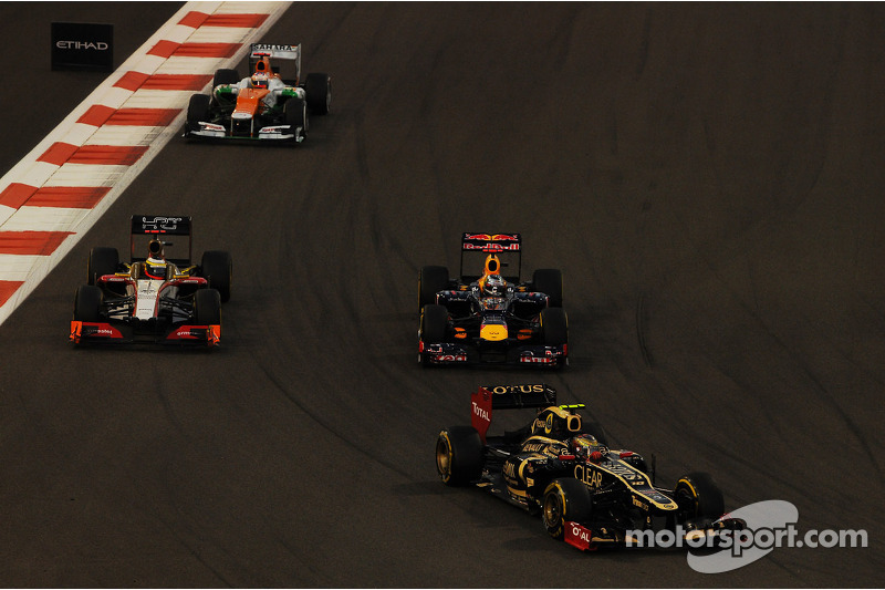 Romain Grosjean, Lotus F1 voor Sebastian Vettel, Red Bull Racing; Pedro De La Rosa, HRT Formula 1 Te
