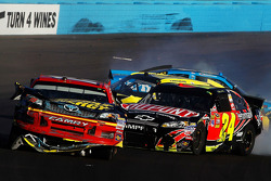 Clint Bowyer, Michael Waltrip Racing Toyota et Jeff Gordon, Hendrick Motorsports Chevrolet pris dans un crash