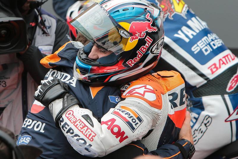 2012. Гонка була дуже жорсткою та вимогливою, але попри труднощі Дані переміг. Наприкінці гонки він обіймався зі своїм менеджером на той час Альберто Пучем.