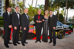 Joe Gibbs and Z-Line Designs President en CEO Jim Sexton met Joey Logano, Joe Gibbs Racing Toyota