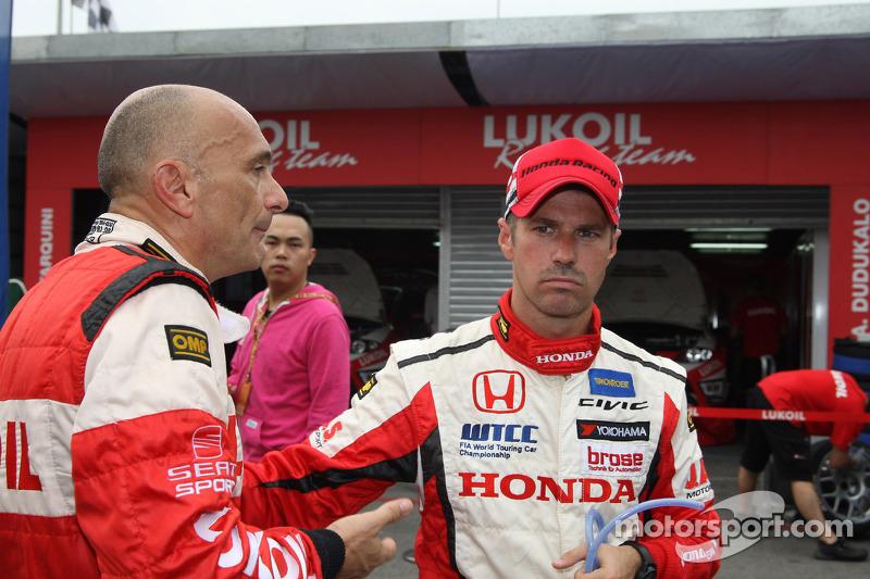 Gabriele Tarquini, SEAT Leon WTCC, Lukoil Racing Team en Tiago Monteiro, Honda Civic Super 2000 TC,