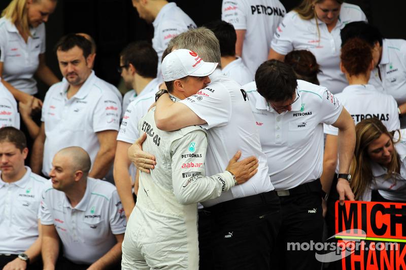 Michael Schumacher, Mercedes AMG F1, und Ross Brawn, Mercedes AMG F1, Teamchef, beim Abschiedsfoto m