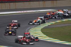 Felipe Massa, Ferrari, Jenson Button, McLaren como Sebastian Vettel, Red Bull Racing sobrevive a un