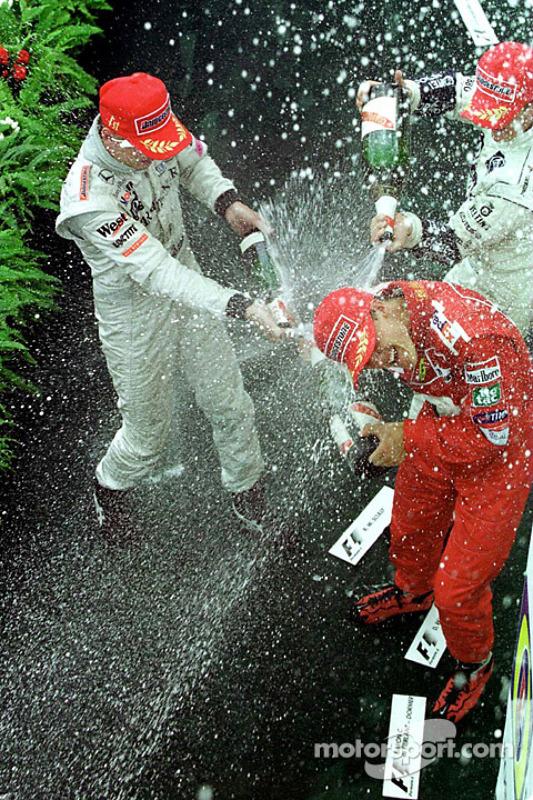 Podio: ganador de la carrera Mika Hakkinen, Michael Schumacher el segundo lugar y tercer lugar Ralf