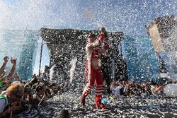 Felix Rosenqvist, Mahindra Racing, rocía el champán en el podio