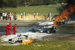 Jackie Oliver BRM-je ütközött  Jacky Ickx Ferrarijával. Jackie Stewart éppen áthalad a helyszínen