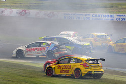 Kaza, Andrew Jordan, West Surrey Racing Racing BMW 125i M Sport, Senna Proctor, Power Maxed Racing Vauxhall Astra, Stephen Jelley, Team Parker Racing Ford Focus and Dave Newsham, BTC Racing Chevrolet Cruze collide