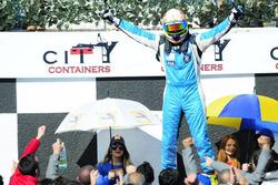 Ganador de la carrera Fernando Etchegorry, Renault Clio Mío