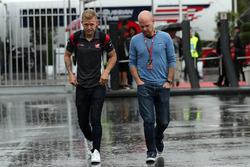 Гонщик Haas F1 Team Кевин Магнуссен и его отец Ян Магнуссен