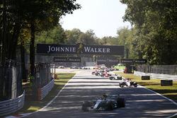 Lewis Hamilton, Mercedes AMG F1 W08, Esteban Ocon, Sahara Force India F1 VJM10, the rest of the field