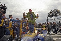 Sieger Alexander Rossi, Curb Herta - Andretti Autosport Honda, feiert mit der Crew