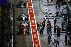 Fernando Alonso, McLaren MCL32, Lance Stroll, Williams FW40, Felipe Massa, Williams FW40, Romain Grosjean, Haas F1 Team VF-17