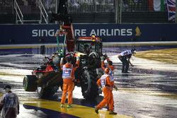 Эвакуация с трассы разбитой Red Bull Racing RB13 Макса Ферстаппена
