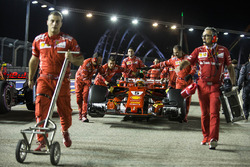 Sebastian Vettel, Ferrari SF70H, poussé par des mécaniciens