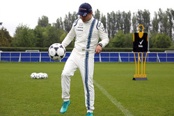 Felipe Massa, Williams, Chelsea FC'nin alanlarından birinde futbol oynuyor