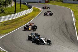 Льюис Хэмилтон, Mercedes AMG F1 W08, Макс Ферстаппен, Red Bull Racing RB13, и Эстебан Окон, Sahara Force India F1 VJM10