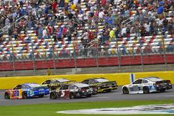 Мэтт Кенсет, Joe Gibbs Racing Toyota и Кейси Кейн, Hendrick Motorsports Chevrolet