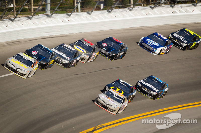 Clint Bowyer, Michael Waltrip Racing Toyota en Mark Martin, Michael Waltrip Racing Toyota voor een groepje auto's