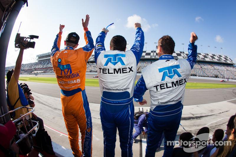 Charlie Kimball, Memo Rojas en Scott Pruett vieren feest nadat Juan Pablo Montoya de finish passeert