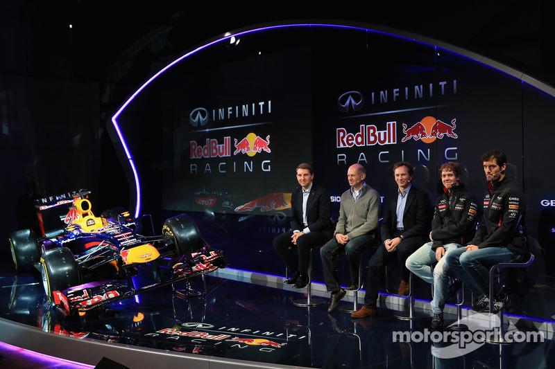 Christian Horner, Adrian Newey, Mark Webber en Sebastian Vettel met de Red Bull Racing RB9