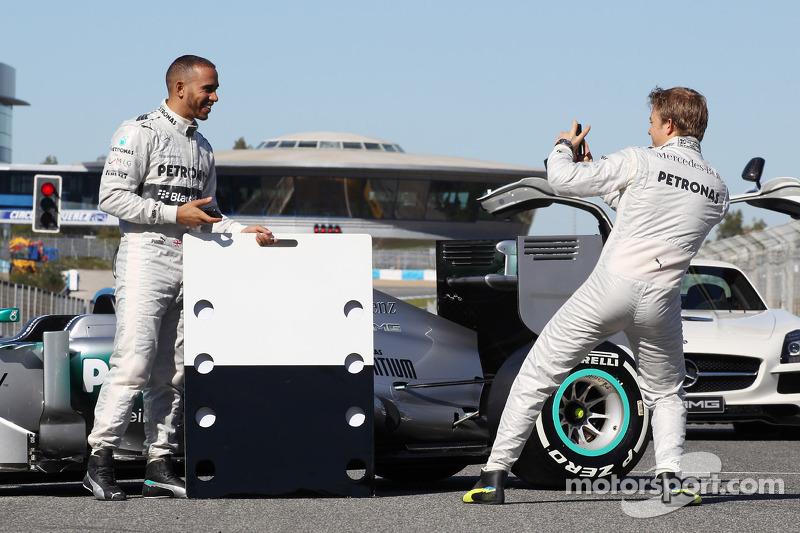 Lewis Hamilton, Mercedes AMG F1 e o companheiro de equipe com a Mercedes AMG F1 W04 promove o novo patrocinador Blackberry