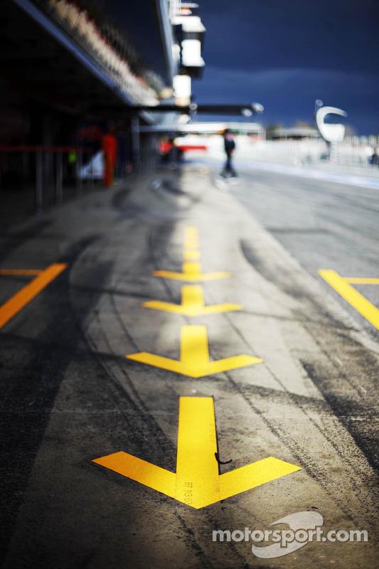 Pit lane arrows