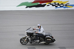 Travis Pastrana guia sua moto no Daytona International Speedway