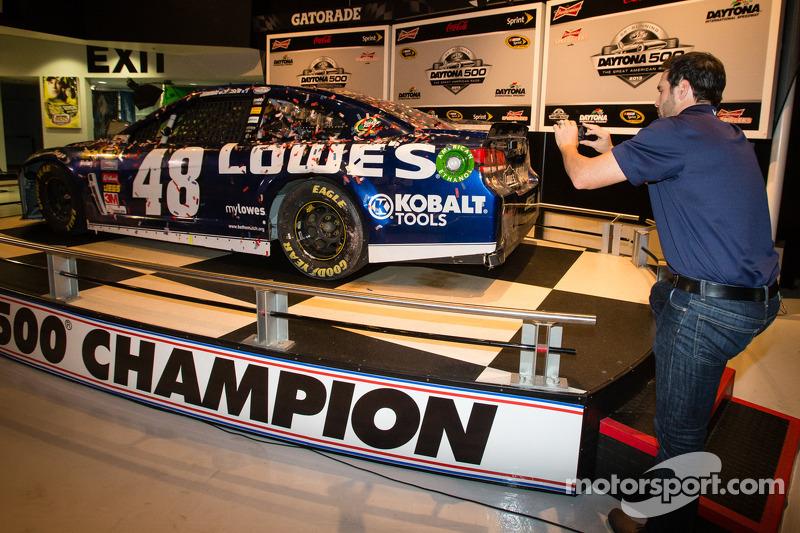 2013 Daytona 500-winnaar Jimmie Johnson, Hendrick Motorsports Chevrolet, op de foto met zijn auto