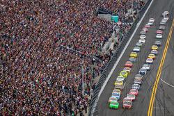 Inicio: Danica Patrick, Stewart-Haas Racing Chevrolet y Jeff Gordon, Hendrick Motorsports Chevrolet lidera el grupo tras la bandera verde