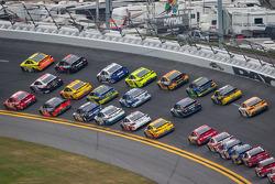 Matt Kenseth, Joe Gibbs Racing Toyota leads a group of cars