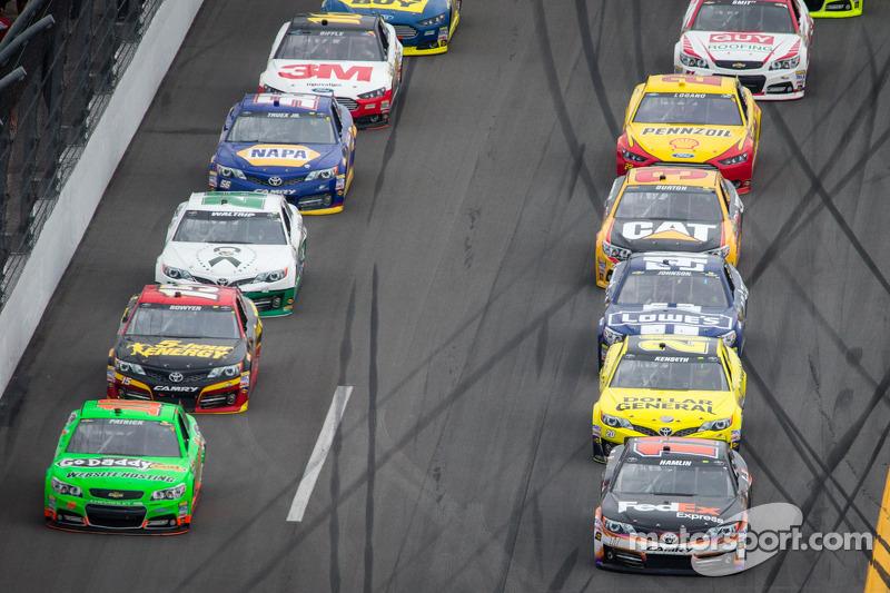 Danica Patrick, Stewart-Haas Racing Chevrolet en Denny Hamlin, Joe Gibbs Racing Toyota in gevecht om
