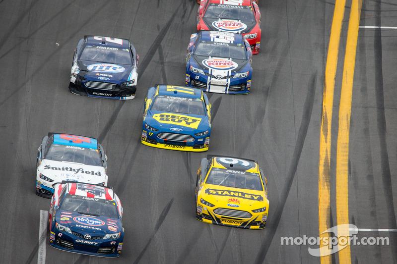 Bobby Labonte, JTG Daugherty Racing Toyota en Marcos Ambrose, Richard Petty Motorsports Ford in geve