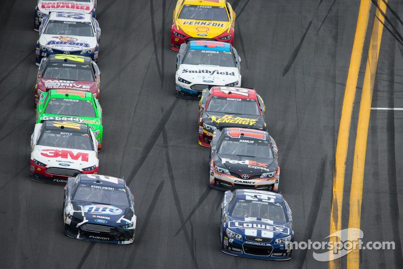 Brad Keselowski, Penske Racing Ford en Jimmie Johnson, Hendrick Motorsports Chevrolet in gevecht om