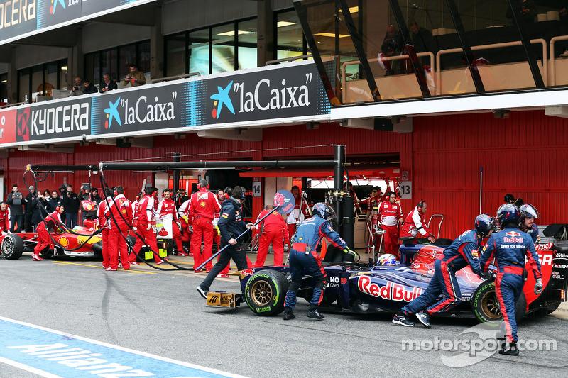 Daniel Ricciardo, Scuderia Toro Rosso STR8 en Fernando Alonso, Ferrari F138 in de pits
