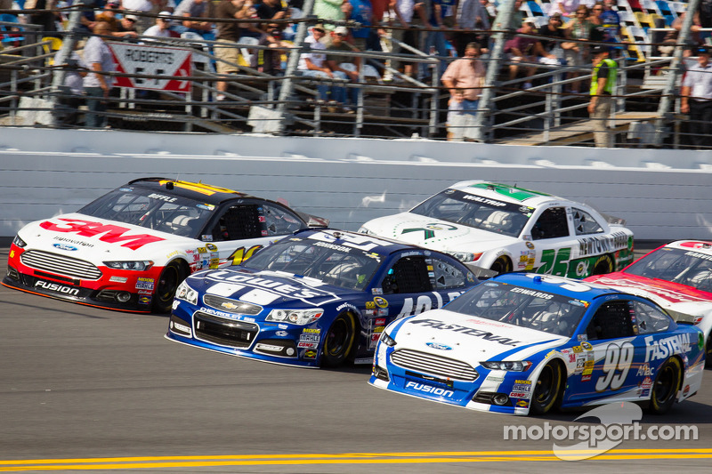 Greg Biffle, Roush Fenway Racing Ford, Jimmie Johnson, Hendrick Motorsports Chevrolet, Carl Edwards, Roush Fenway Racing Ford go three-wide